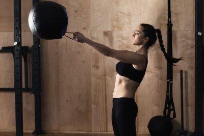 Poster palla peso Donna di sollevamento in palestra