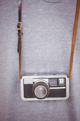 Poster pantaloni a vita bassa bello che tiene retro della fotocamera