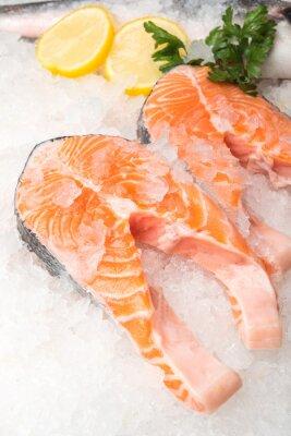 Poster Pesci di color salmone fresco con limone al mercato