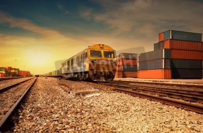 Poster Piattaforma del treno merci al tramonto con container