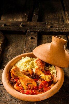 Poster Piatto tradizionale Tajine con pollo e cuscus