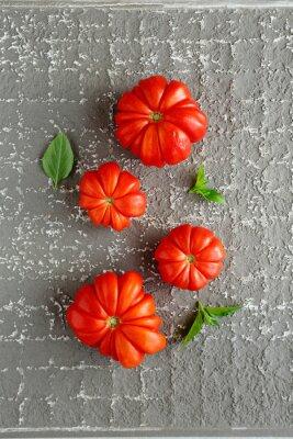 Poster pomodori rossi su sfondo grigio