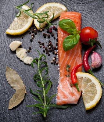 Poster porzione Delicious di filetto di salmone fresco con erbe aromatiche, spezie e verdure - cibo sano, dieta o concetto di cucina