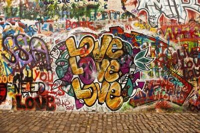 Poster Praga, Repubblica Ceca - 7 Ottobre 2010: Una sezione del Muro di Lennon nella zona cittadina di Praga, vicino al Ponte Carlo. Questo muro è punto di riferimento aperto al pubblico graffiti in ricordo