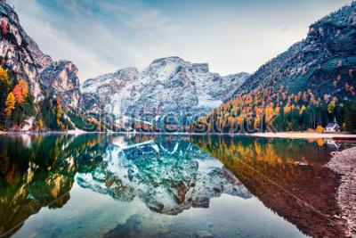Poster Prima neve sul lago di Braies. Paesaggio variopinto di autunno in alpi italiane, Naturpark Fanes-Sennes-Braies, dolomia, Italia, Europa. Bellezza del fondo del concetto di natura.