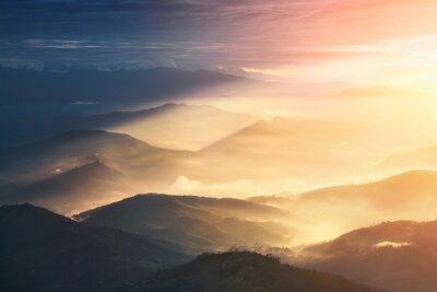 Poster Quando una notte diventa giorno. Belle colline illuminate durante il sorgere del sole.