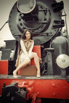 Poster ragazza seduta su un treno d'epoca