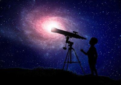 Poster Ragazzo guardando attraverso un telescopio