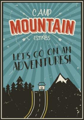Poster Retro estate o poster vacanza invernale. Viaggi e brochure vacanza. Camping bandiera promo. RV Vintage, le montagne, gli alberi, le frecce vettore concept design, elementi. lettering motivazionale.