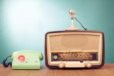 Poster Retro radio con la luce verde, microfono e telefono sul tavolo