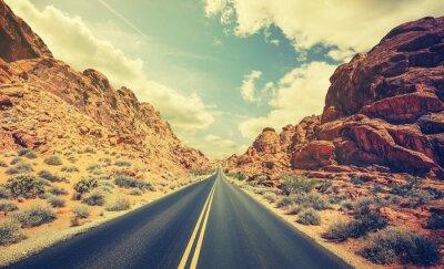 Poster Retro stilizzato autostrada del deserto, concetto di avventura di viaggio.
