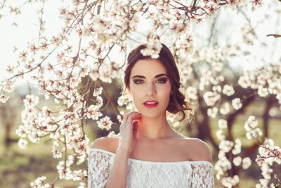 Poster Ritratto di giovane donna nel giardino fiorito in primavera tim