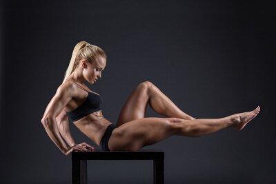 Poster Ritratto di una bella ragazza in atleti in studio