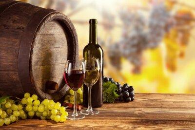 Poster Rosso e bianco bottiglia di vino e vetro sul barile wodden