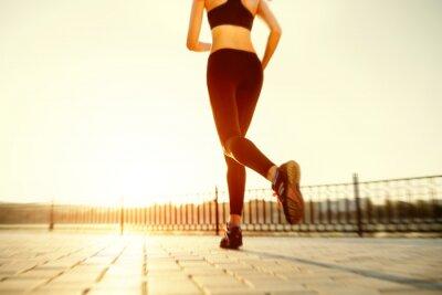 Poster Runner piedi in esecuzione sul primo piano strada scarpa. donna sunri Fitness