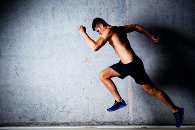 Poster Runner sprint contro muro di cemento in garage
