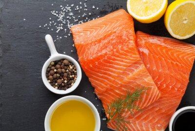 Poster Salmone e spezie su tavola di pietra