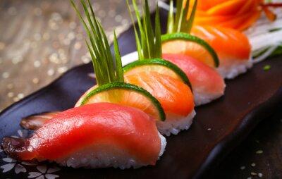 Poster Salmone giapponese, sushi di tonno e salsa primo piano