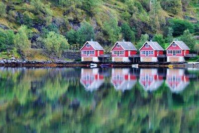 Poster Scenic vista del lago e la pesca capanne in Flam, Norvegia
