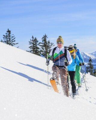 Poster scialpinisti messo una traccia fresca in neve fresca