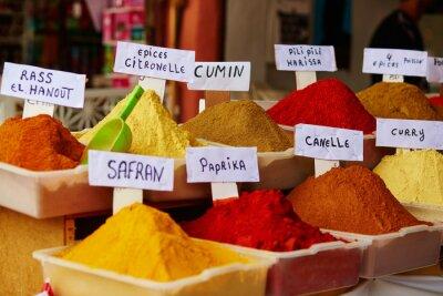 Poster Selezione di spezie in un mercato marocchino