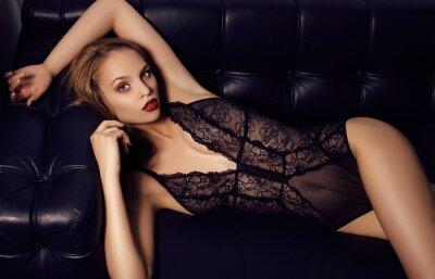 Poster sensuale ragazza con lunghi capelli scuri di lusso di indossare lingerie di pizzo