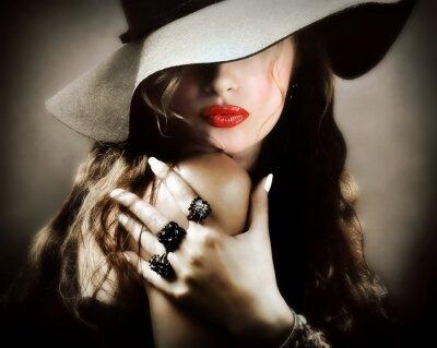 Poster Sexy giovane donna graziosa con labbra rosse, bacio monili dell'annata