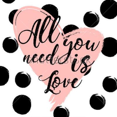 Poster sfondo a righe bianco e nero con cuore acquerello oro. Lettering disegnato a mano - tutto ciò di cui hai bisogno è amore. design per biglietto di auguri vacanza e invito del matrimonio, Buon San Valen