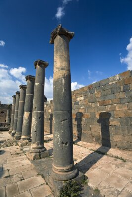 Poster Siria. Bosra. I resti delle terme romane - colonne di basalto. Questo sito è nella lista del patrimonio mondiale dell'UNESCO