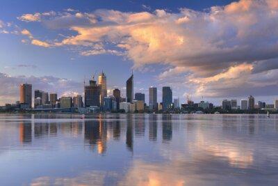 Poster Skyline di Perth, in Australia attraverso il fiume Swan al tramonto