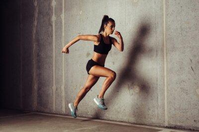 Poster Slim attraente sportiva in esecuzione su uno sfondo di cemento
