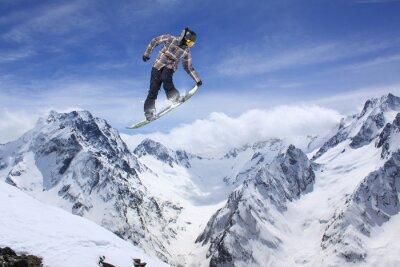 Poster Snowboard jump in montagna. Sport estremo.