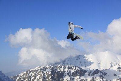 Poster Snowboarder di volo in montagna. Sport estremo.
