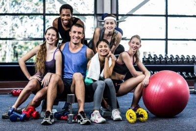 Poster Sorridente lezione di fitness posa insieme