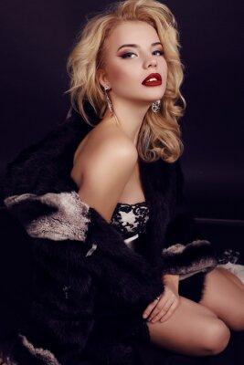 Poster splendida donna con i capelli biondi indossa abiti di lusso, pelliccia e bijou