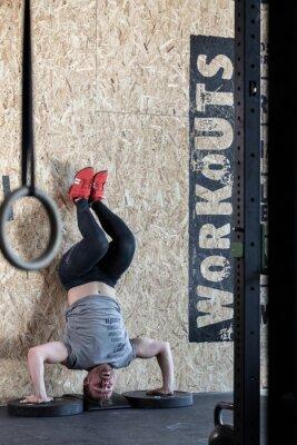 Poster Sportivo facendo esercizio avanzato