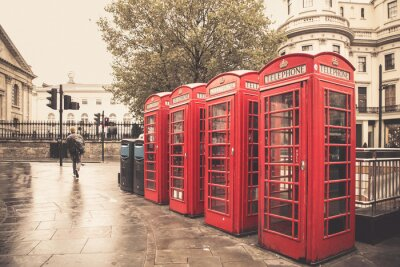 Poster Stile Vintage cabine telefoniche rosse su strada piovosa a Londra