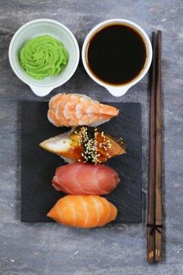 Poster Sushi giapponese cucina tradizionale con salmone, tonno e gamberetti