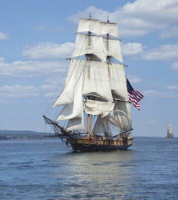 Poster Tall ship con la bandiera americana vela sul acque blu