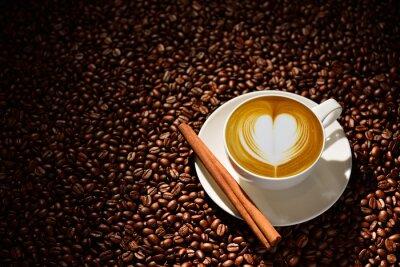 Poster Tazza di latte d'arte, caffè e chicchi di caffè