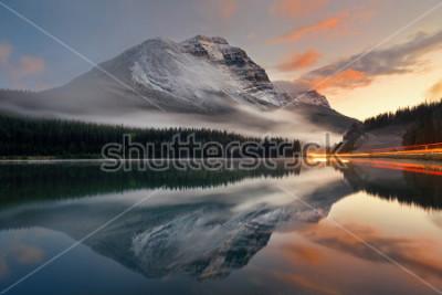 Poster Traccia del semaforo e del lago mountain con la riflessione e nebbia al tramonto nel parco nazionale di Banff, Canada.