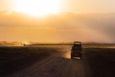 Poster Tramonto nella savana africana, sagome di auto safari e gli animali, Africa, Kenia, Parco Nazionale dell'Amboseli