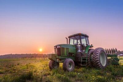 Poster Trattore in un campo in una fattoria del Maryland al tramonto