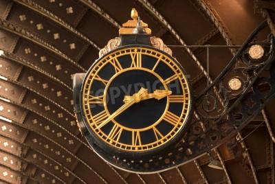 Poster Un antico orologio nero e dalla stazione ferroviaria oro