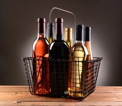 Poster Un filo carrello pieno di bottiglie di vino
