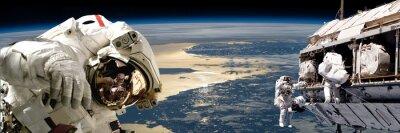 Poster Un gruppo di astronauti che effettuano lavori su elementi uno spazio station.- di questa immagine fornita dalla NASA.