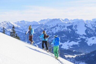Poster un gruppo di sci alpinisti prima Traumkulisse Alpi dell'Algovia