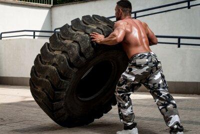 Poster Un uomo muscoloso partecipare a un allenamento fit croce