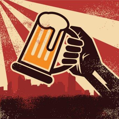 Poster Una birra della holding mano facendo un poster brindisi