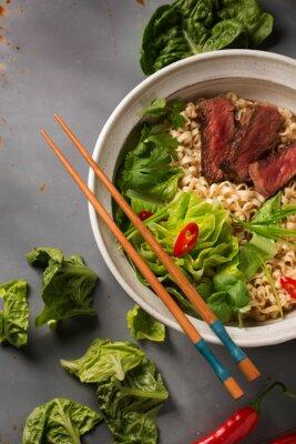 Poster Una ciotola di ramen cinesi con carne di manzo, cavolo cinese